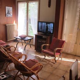 salon avec canapé, fauteuil et TV - Location de vacances - Savigny-sur-Orge