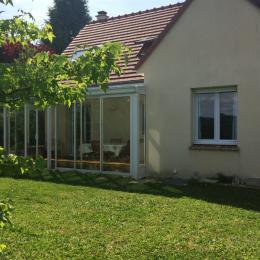 La veranda permet de profiter de l'extérieur et du barbecue même par temps maussade - Location de vacances - Champcueil