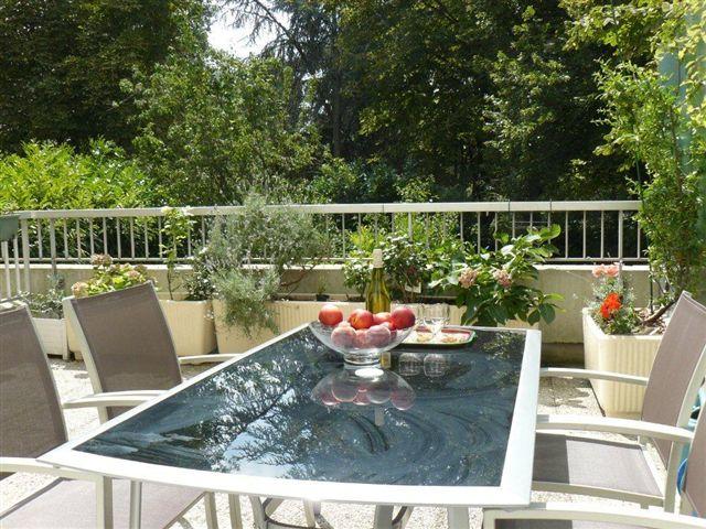 23m2 de terrasse, au pied d'un vaste parc pour vous détendre et diner au vert après une journée à Paris - Location de vacances - Courbevoie / Paris La Défense