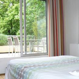 La chambre (2 lits jumeaux de 90 cm forment un lit de 180 x 190) donne sur la grande terrasse de 23 m2. Petit déjeuner sur la terrasse l'été, face au parc.  - Location de vacances - Courbevoie / Paris La Défense
