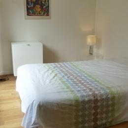 La chambre donnant sur la terrasse : sommier à lattes et matelas de type Bultex pour un couchage de qualité - Location de vacances - Courbevoie / Paris La Défense