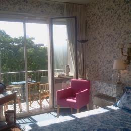 Chambre lit king size, soleil, balcon, TV, Bureau avec WiFi la Fibre,  - Chambre d'hôte - Neuilly-sur-Seine