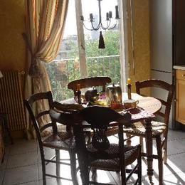 petit déjeuner ensoleillé, sans vis à vis - Chambre d'hôtes - Neuilly-sur-Seine