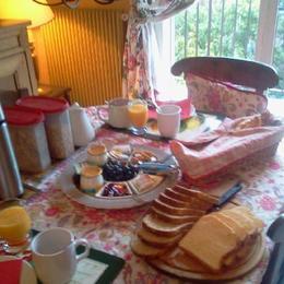 Thé ou café et jus de fruit, pain et brioche, yoghourts Nestlé, céréales, fruits de saison et compotes - Chambre d'hôtes - Neuilly-sur-Seine