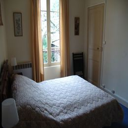 Chambre principale et porte d'accès à la chambre n°2 - Location de vacances - Joinville-le-Pont