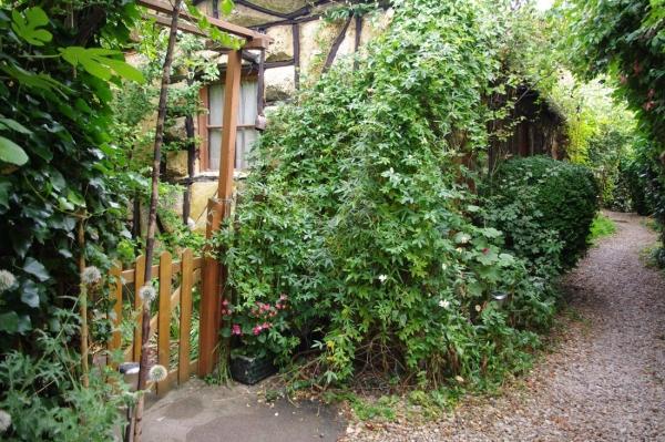 Entrée du jardin privatif du gîte et l'allée principale de la propriété - Location de vacances - Joinville-le-Pont