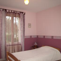 Chambre rez de chaussée avec lit gigogne 90x2 et grande armoire. - Location de vacances - Courdimanche