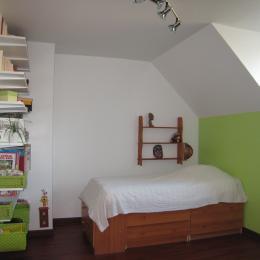 A l'étage,chambre verte avec lit de 70 avec placard et coin bureau - Location de vacances - Courdimanche