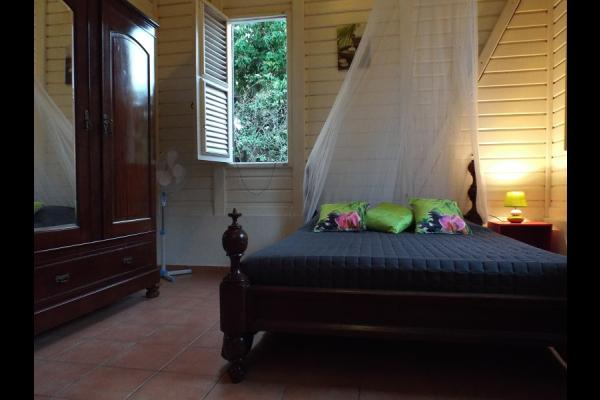 Chambre avec 1 lit double et mobilier d'époque en bois noble - Location de vacances - Pointe-Noire
