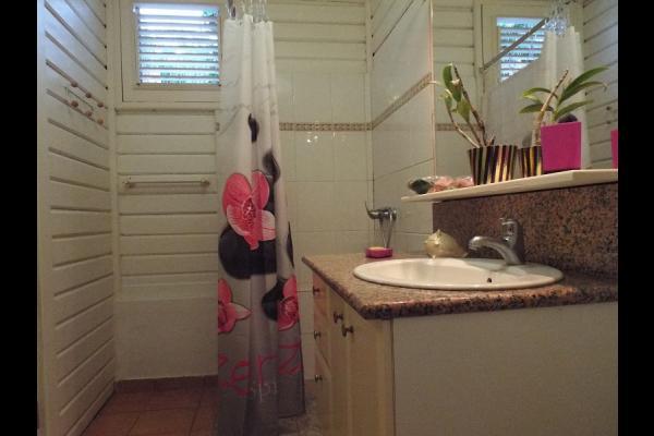 Salle de bain attenante - Location de vacances - Pointe-Noire