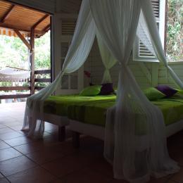 Chambre avec 2 lits simples et vue sur mer depuis les lits ! - Location de vacances - Pointe-Noire