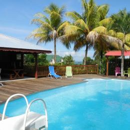 Espace piscine aménagé aux gites Lamatéliane, location saisonnière en Guadeloupe. - Location de vacances - Capesterre-Belle-Eau