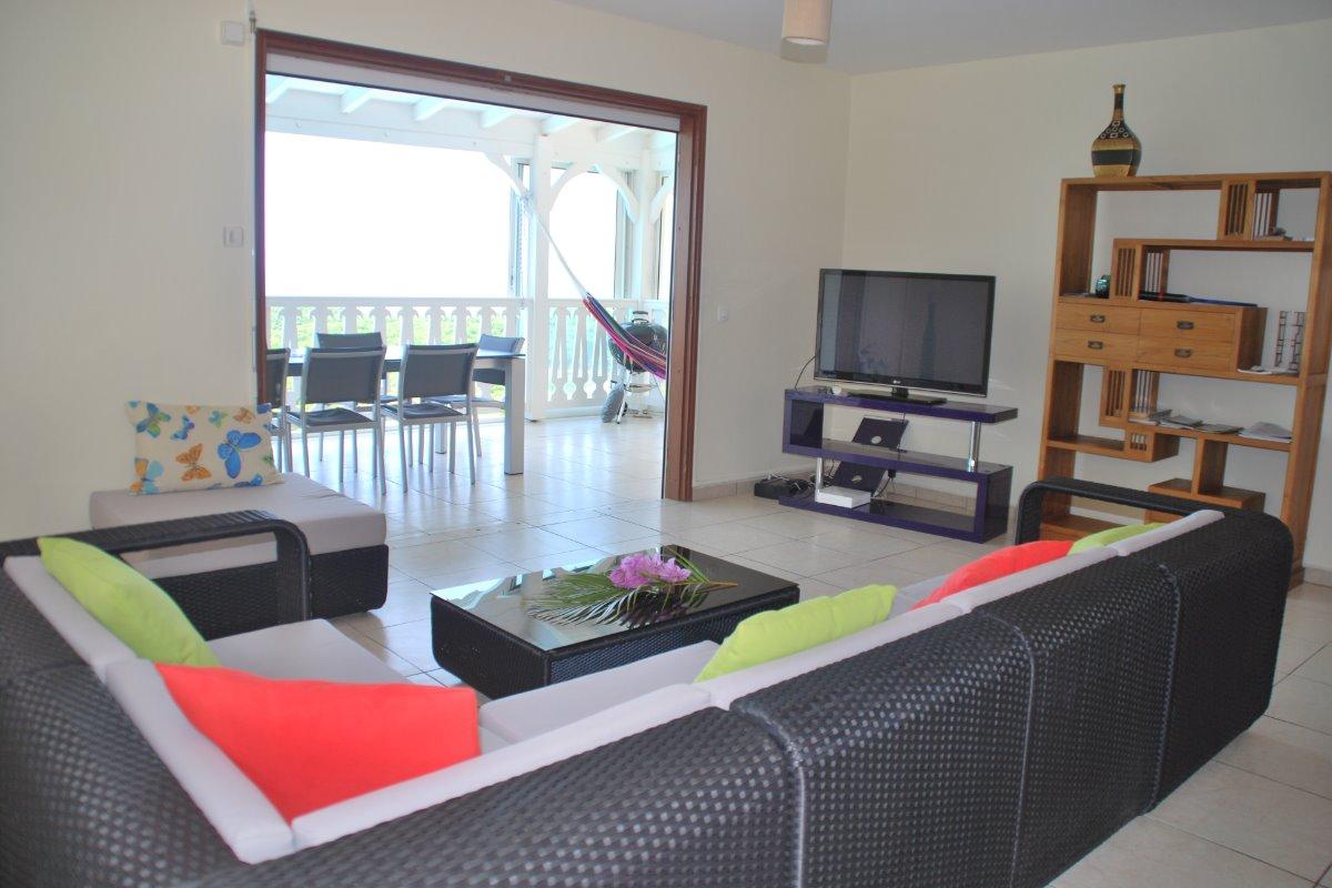 Salon et véranda, salle à manger au dessus de la piscine - Location de vacances - Le Gosier
