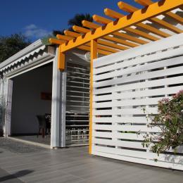 Terrasse lumineuse avec jardin (Bright terrace with garden)  - Location de vacances - Sainte-Anne