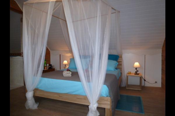 grand large et sa grande salle de bain avec baignoire à l'étage - Chambre d'hôtes - Le Diamant
