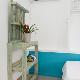 meuble bois recyclé chambre 2 - Location de vacances - Le Marin