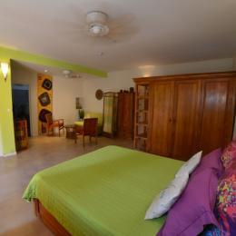 Chambre et espace salon séparés par un paravent - Location de vacances - Saint-Leu