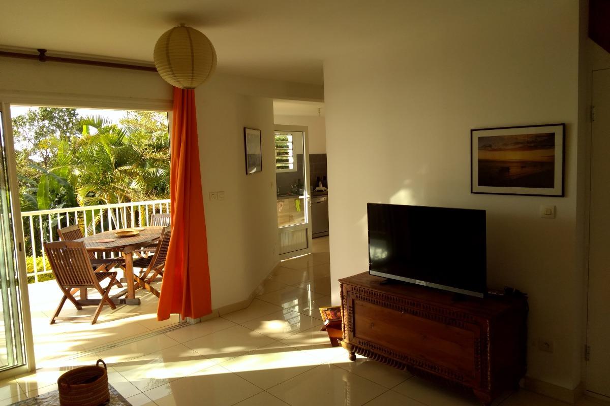 Salon ouvert sur la terrasse - Location de vacances -  Saint Gilles Les Hauts