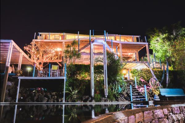 Nature Bleue, vue de nuit, les meublés sont situés au rez-de-jardin de la villa - Location de vacances - Saint-Leu