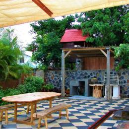 Cour arrière avec barbecue - Location de vacances - L'Étang-Salé